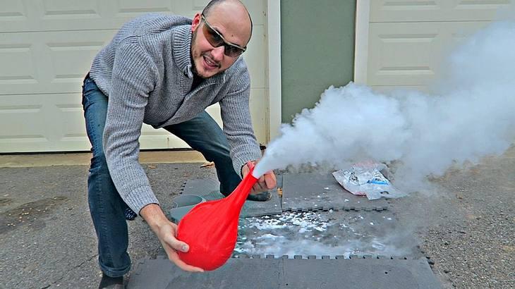 Das passiert, wenn man Trockeneis in einen Luftballon schüttet