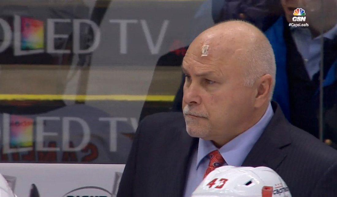 NHL-Coach Barry Trotz wird von einem Puck am Kopf getroffen