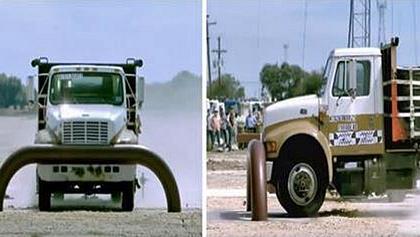 CrashDuell: 7-Tonnen-Truck vs. Stahl-Barriere