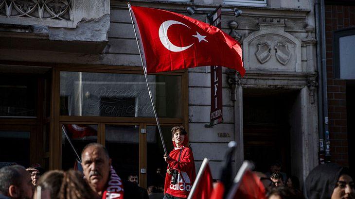 Mit welchem Verein versucht Erdogan Millionen Deutsche gleichzuschalten?