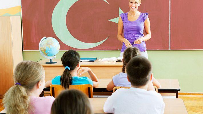 Türkisch-Unterricht an Berliner Grundschulen - Foto: iStock / vgajic / Montage Männersache