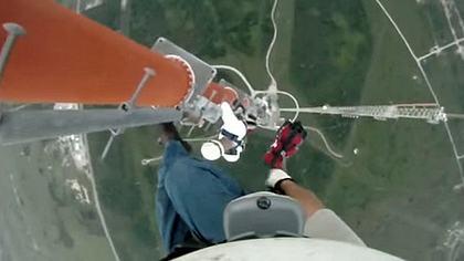 Jesus Govea Mann klettert ungesichert auf einen 500-Meter-Freileitungsmasten - Foto: YouTube/JensWidell