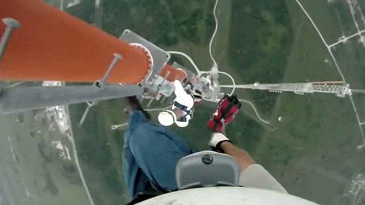 Jesus Govea Mann klettert ungesichert auf einen 500-Meter-Freileitungsmasten