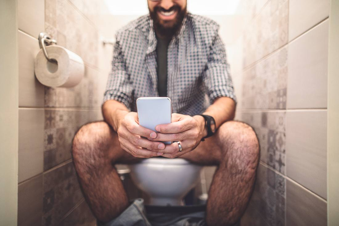 Mann auf Toilette