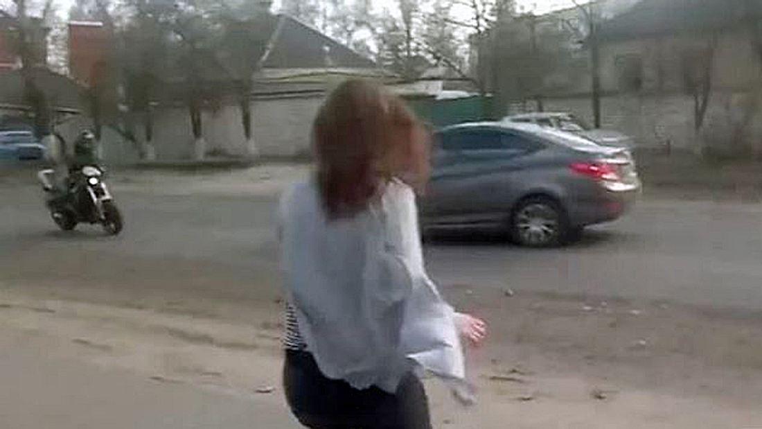 Twerk-Unfall: Ein Mädchen tanzt am Straßenrad, ein Motorradfahrer und eine PKW kollidieren