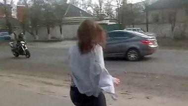 Twerk-Unfall: Ein Mädchen tanzt am Straßenrad, ein Motorradfahrer und eine PKW kollidieren - Foto: Viral Hog