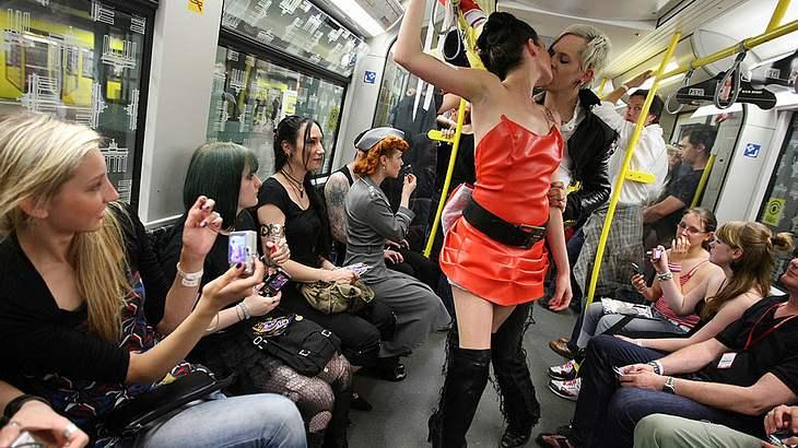Paar hat Sex in der Münchner U-Bahn