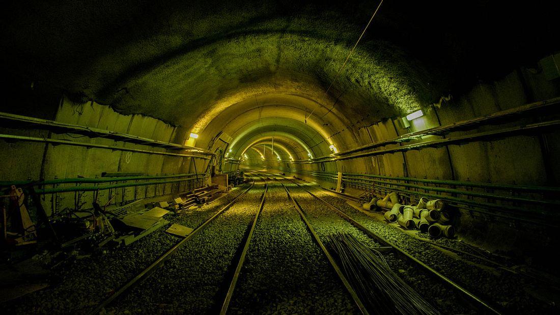 Stimmungsvoll beleuchteter U-Bahn-Tunnel