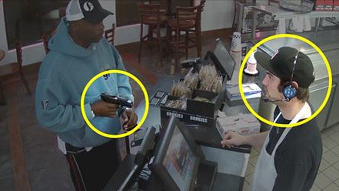 Mit Waffe bedroht: Cooler Kassierer avanciert zum Internet-Star