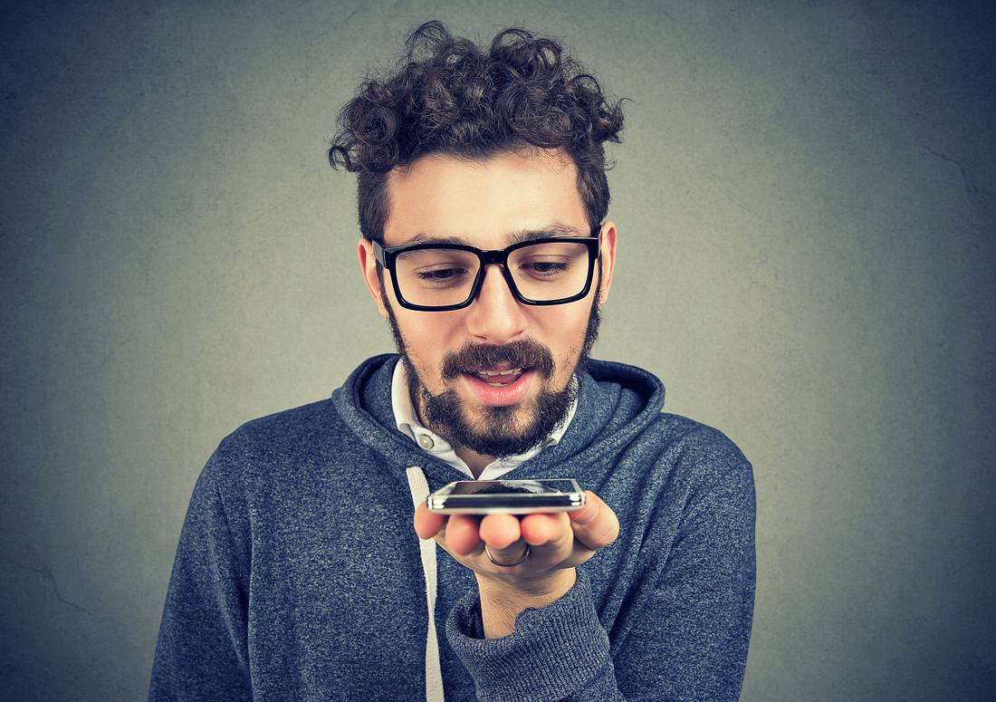 Ein Mann mit einem Übersetzungsgerät