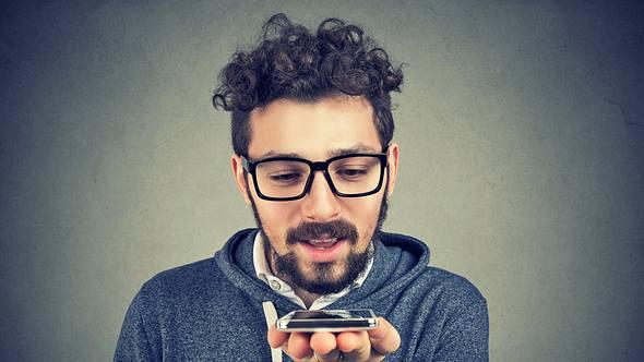 Ein Mann mit einem Übersetzungsgerät - Foto: iStock/SIphotography