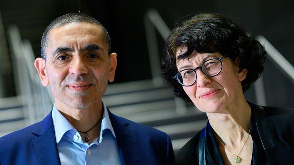 Ugur Sahin mit seiner Frau Özlem Türeci - Foto: Getty Images /  Bernd von Jutrczenka