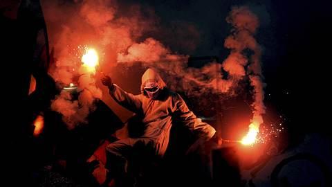 Wie gelangt Pyrotechnik ins Stadion? Welche Drogen werden in den Fankurven konsumiert? Dieser Fußball-Ultra hat die Antworten - Foto: iStock/Gillert