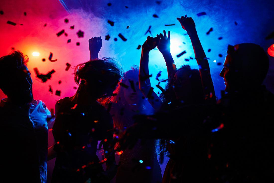 Silhouetten von feiernden Menschen