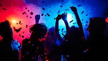 Silhouetten von feiernden Menschen - Foto: iStock / shironosov