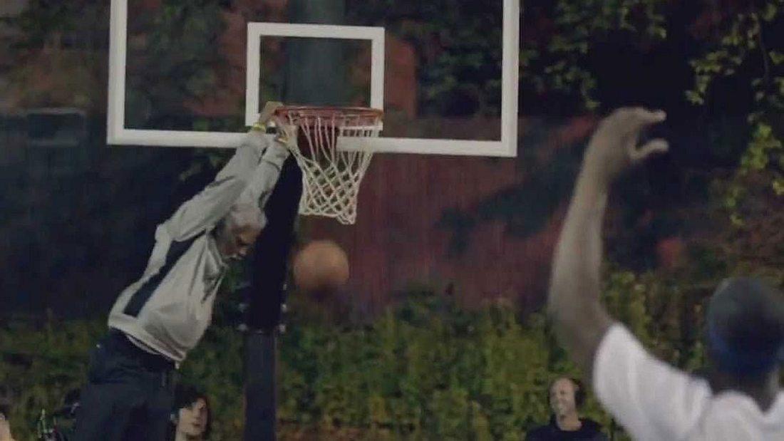 Für einen Getränkehersteller geht NBA-Star Kyrie Irving als Uncle Drew verkleidet auf Streetballplätze