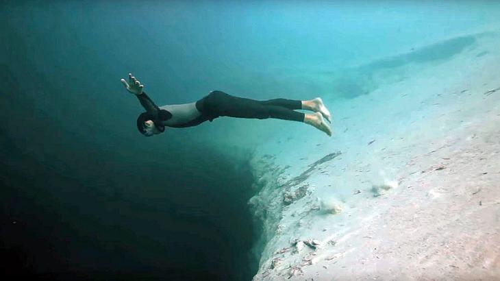 Guillaume Nery taucht in das Dean's Blue Hole auf den Bahamas ab