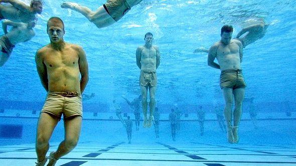 Mit diesem Militär-Trick überlebst du, wenn du am ertrinken bist - Foto: US Navy