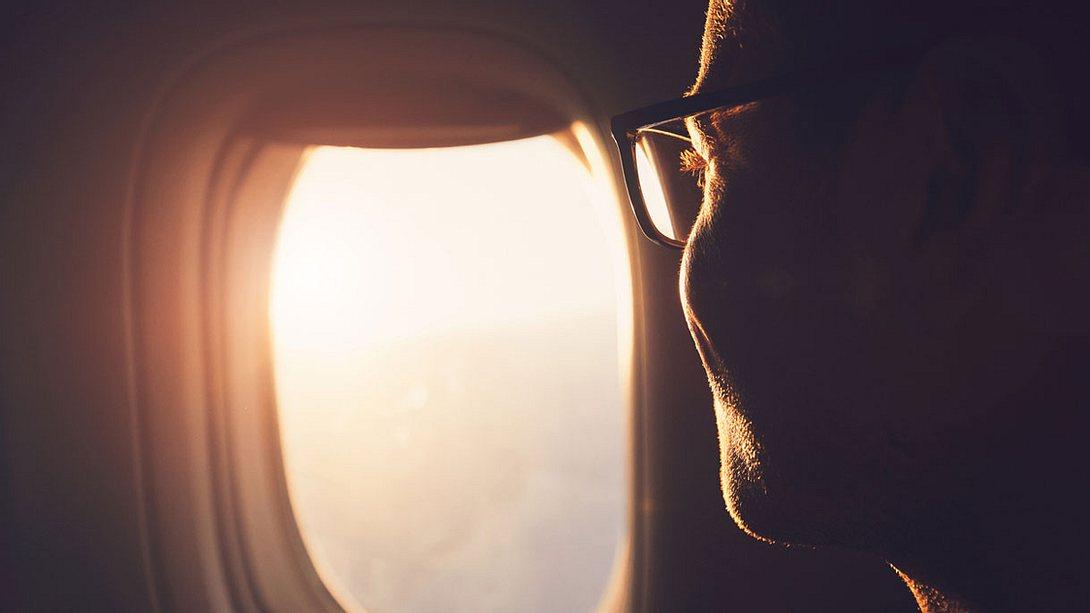 UVA-Licht fällt durch ein Flugzeugfenster - Foto: iStock / Chalabala
