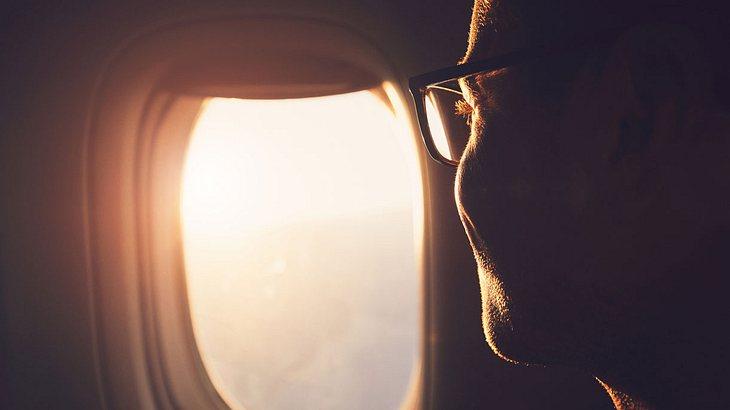 UVA-Licht fällt durch ein Flugzeugfenster