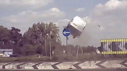 Van macht Abflug am Kreisverkehr - Foto: YouTube / SWNS TV