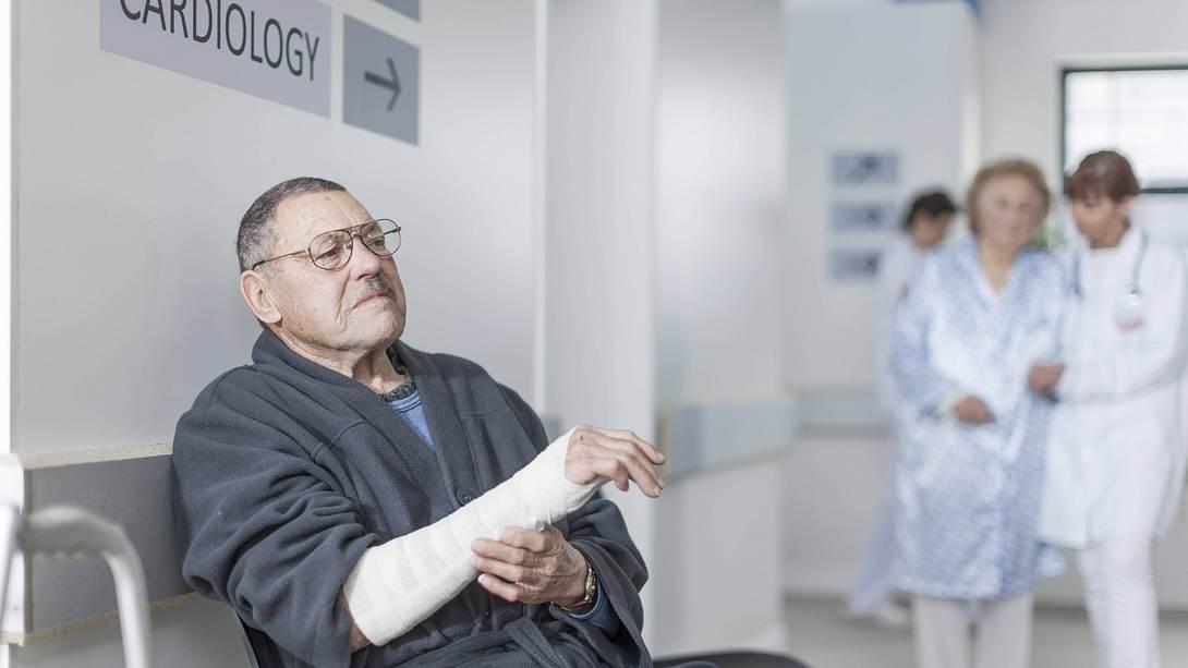 Älterer Mann mit gegipstem Arm im Krankenhaus - Foto: imago images / Westend61