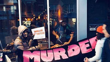 Koch schlachtet Reh vor den Augen protestierender Veganer