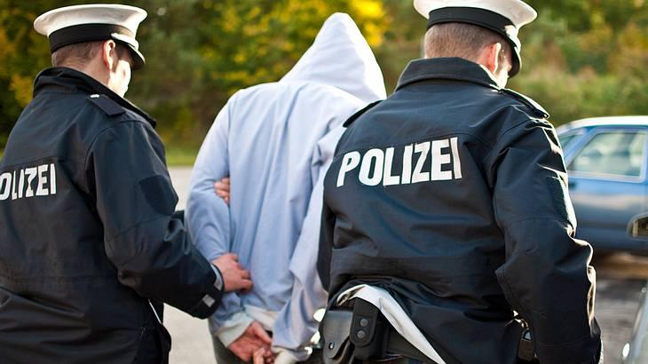 Fail: Flüchtiger Straftäter steigt bei Zivilfahnder ins Auto