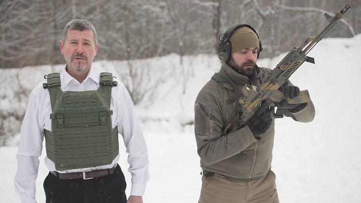 Ukrainer testet seine kugelsichere Weste