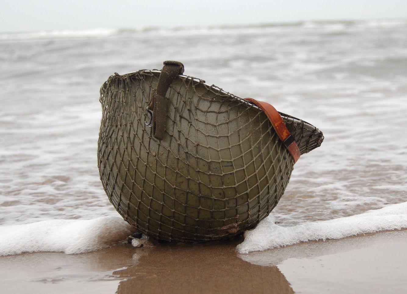 Kriegshelm am Strand