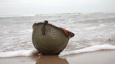 Kriegshelm am Strand - Foto: iStock/Johncairns