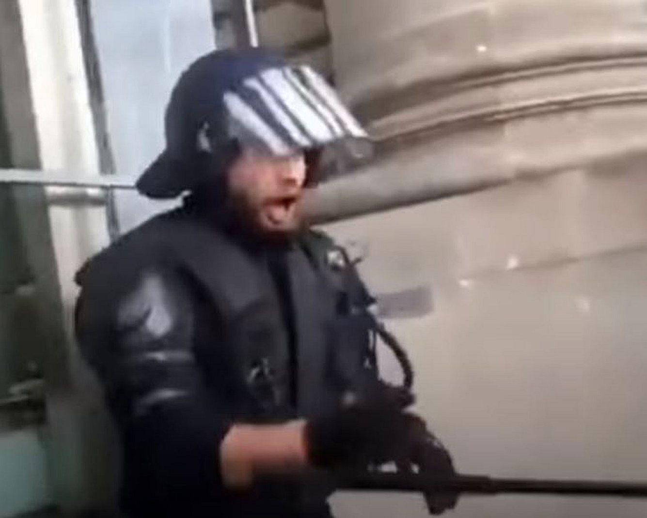 Polizist vor dem Reichstag
