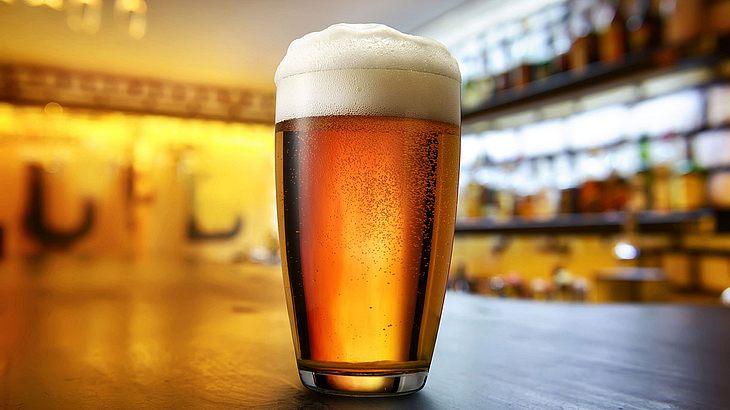 Mann werden 15 Bier in den Magen gepumpt, um sein Leben zu retten