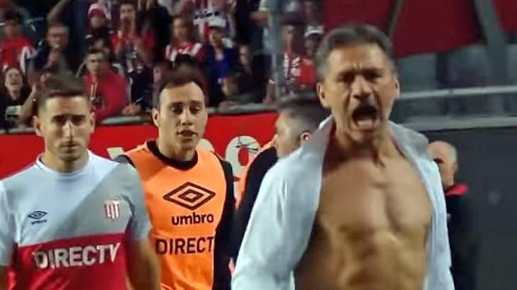 Fußball-Trainer Nelson Vivas reißt sich nach einem nicht gegebenem Elfmeter das Hemd vom Oberkörper