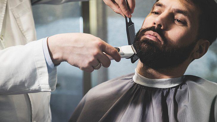 Vollbart trimmen: Mit Kamm und Rasierer