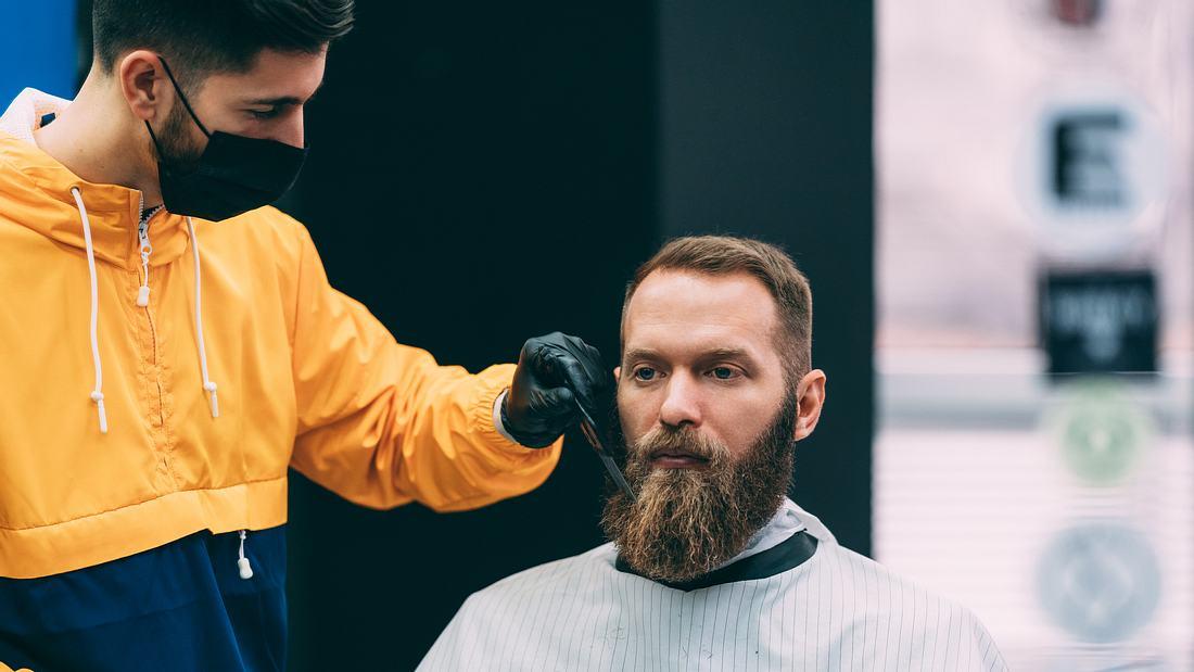 Vollbartträger beim Friseur