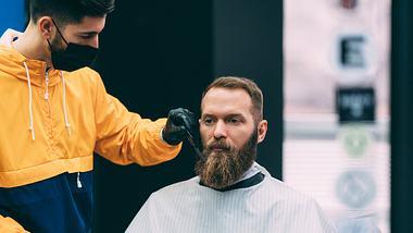Vollbartträger beim Friseur - Foto: iStock / martin-dm