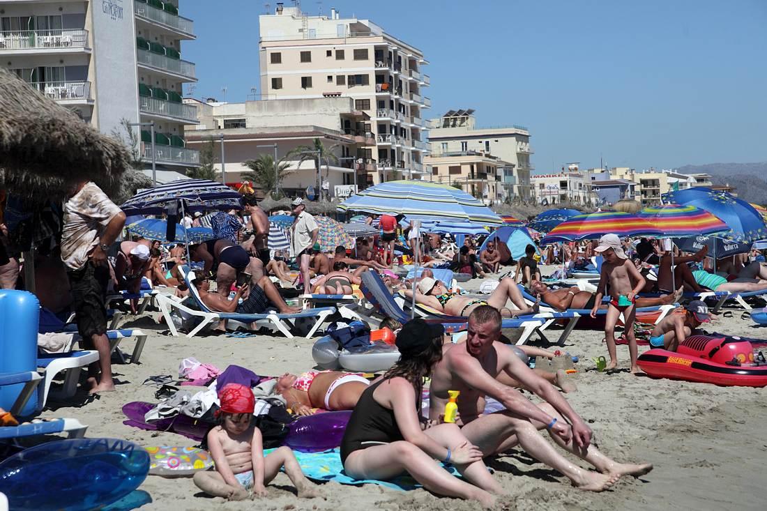 Strand voller Touristen