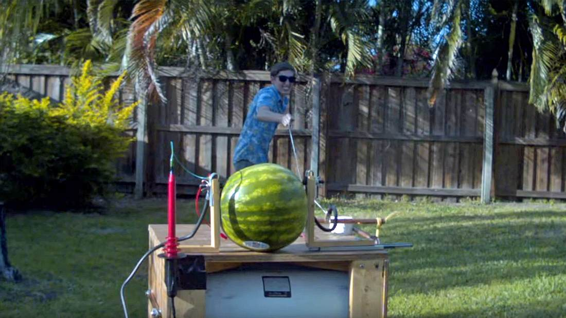 Das passiert, wenn man 20.000 Volt in eine Wassermelone jagt