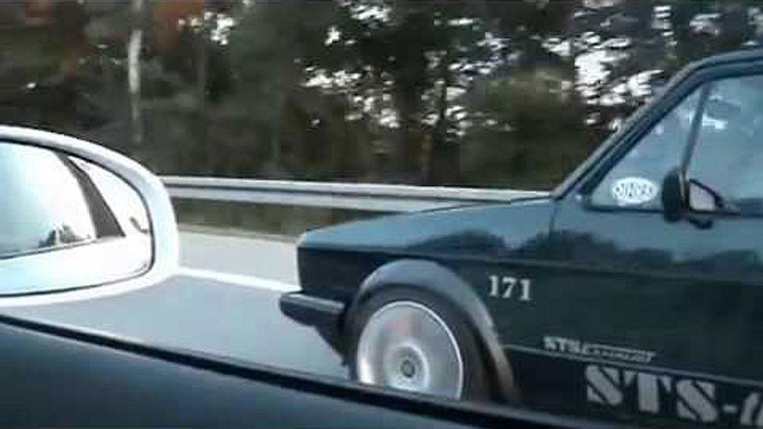 VW Golf 1 vs Audi R8: Demütigung auf der Autobahn
