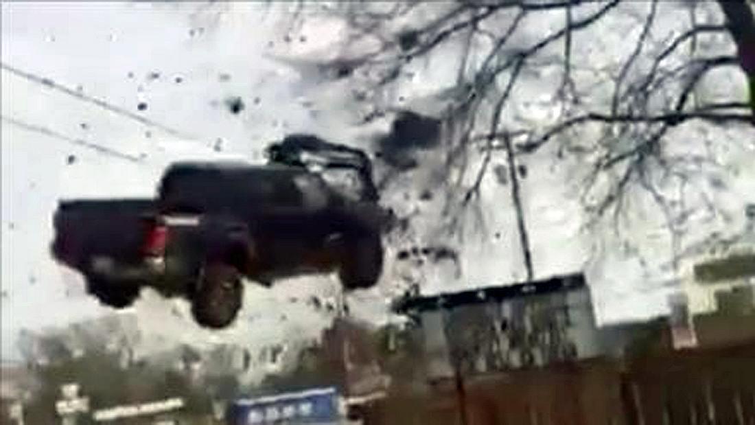 Ein 18-jähriger Gefängnisinsasse flüchtet mit einem Toyota Tacoma Pick-up-Truck vor der Polizei und übersieht ein Nagelband
