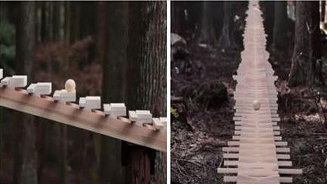 Ein gigantisches Holz-Xylophon in einem japanischen Wald