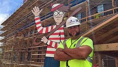 Bauarbeiter versteckt jeden Tag Wo ist Walter?-Statue für kranke Kinder