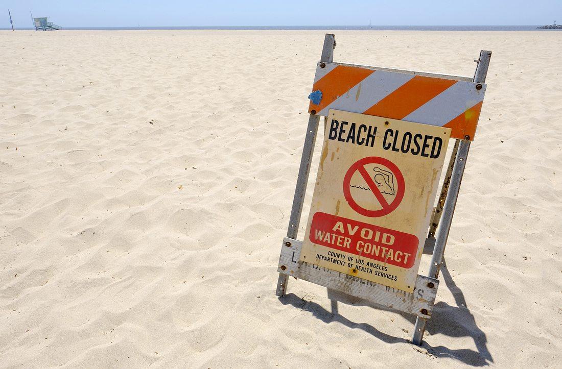 Warnschild: Strand gesperrt