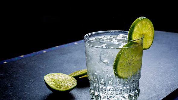 Glas mit Gin - Foto: iStock/brazzo