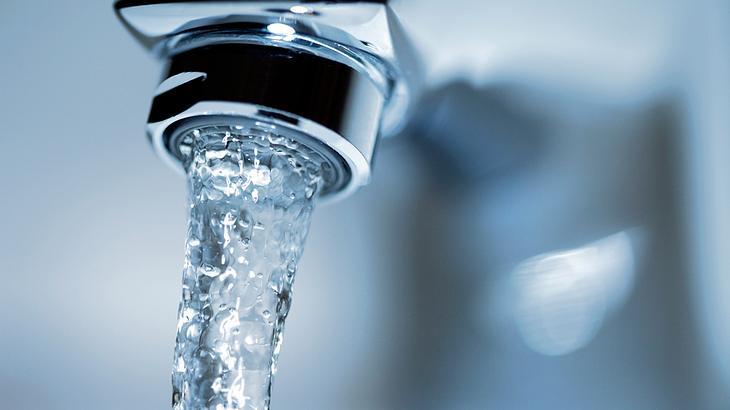 Mann trinkt jeden Morgen ein Glas Wasser – das Ergebnis ist verblüffend