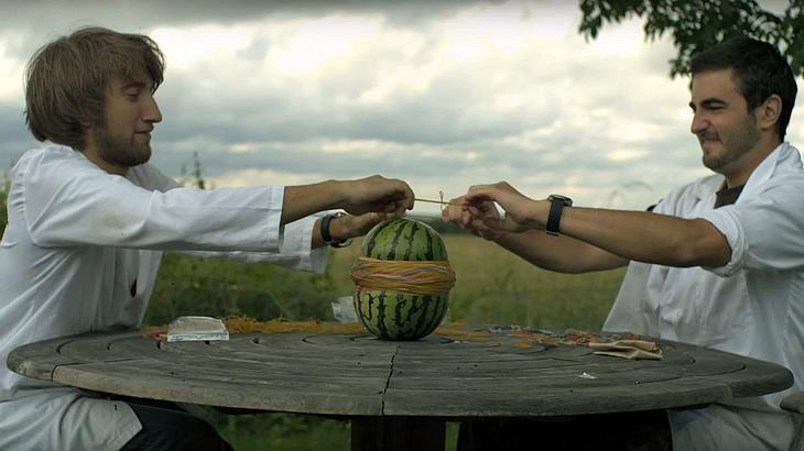 Das passiert, wenn man 500 Gummibänder über eine Wassermelone zieht