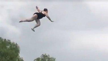 Brutal: Frau macht Mega-Abflug von Wasserrutsche