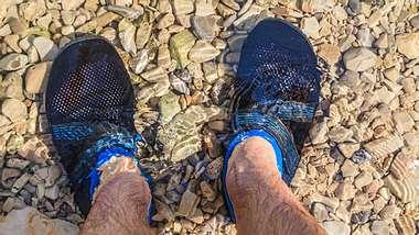 Wasserschuhe Herren Steine - Foto: iStock / Obencem