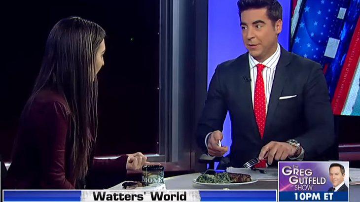 TV-Moderator isst Steak während eines Interviews mit einer veganen Feministin